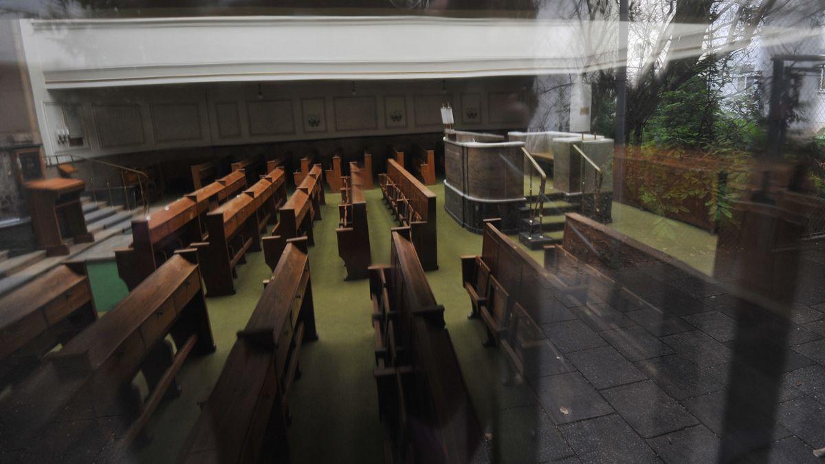 Blick durch die Fensterscheibe in den Saal der alten Münchner Synagoge in der Reichenbachstraße.