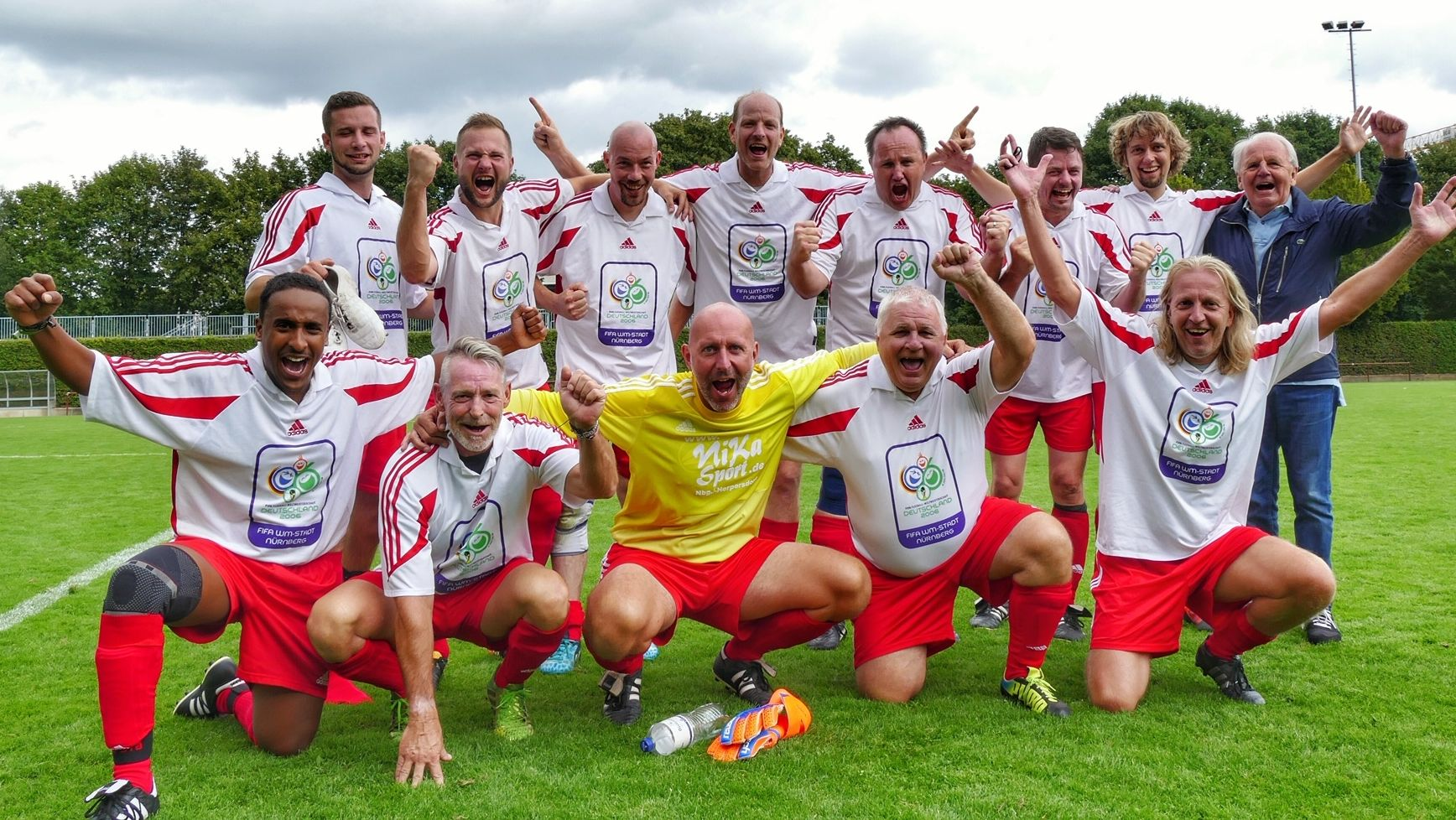 Ausgelassene Freude nach dem Turniersieg: die Nürnberger Stadtratsfußballmannschaft mit Spielführer Gerald Raschke (untere Reihe, zweiter von rechts)