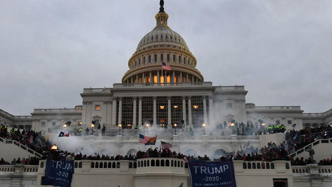 Trumpanhänger dringen mit Gewalt ins Kapitol in Washington ein,