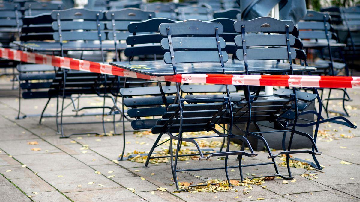 Tische und Stühle stehen vor einem Restaurant, das im Teil-Lockdown geschlossen hat.