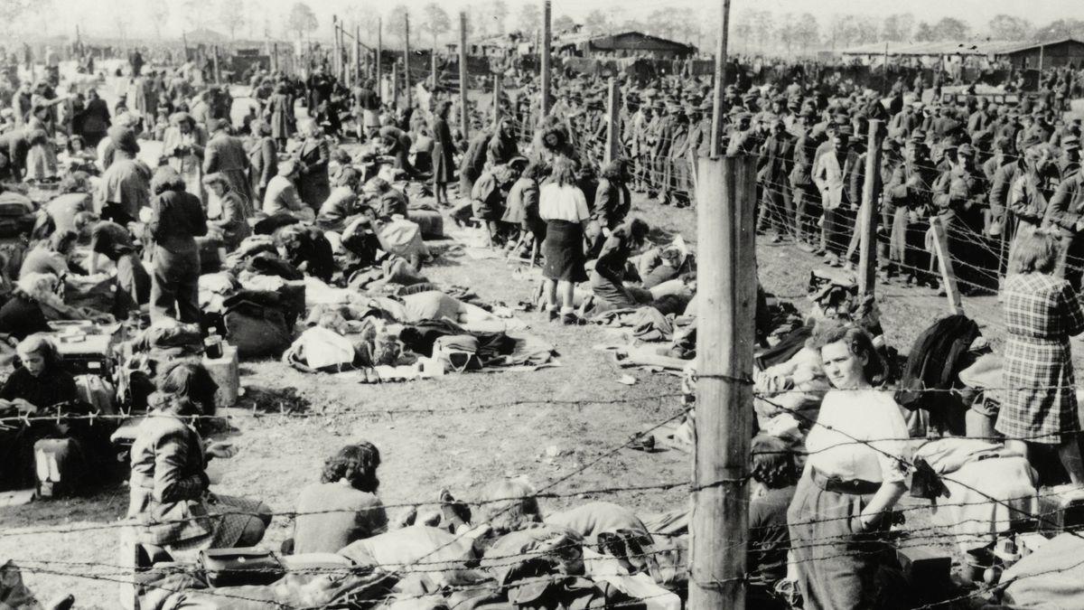 8. Mai 1945: Wehrmachtsangehörige in einem Gefangenlager der US-Armee bei Regensburg