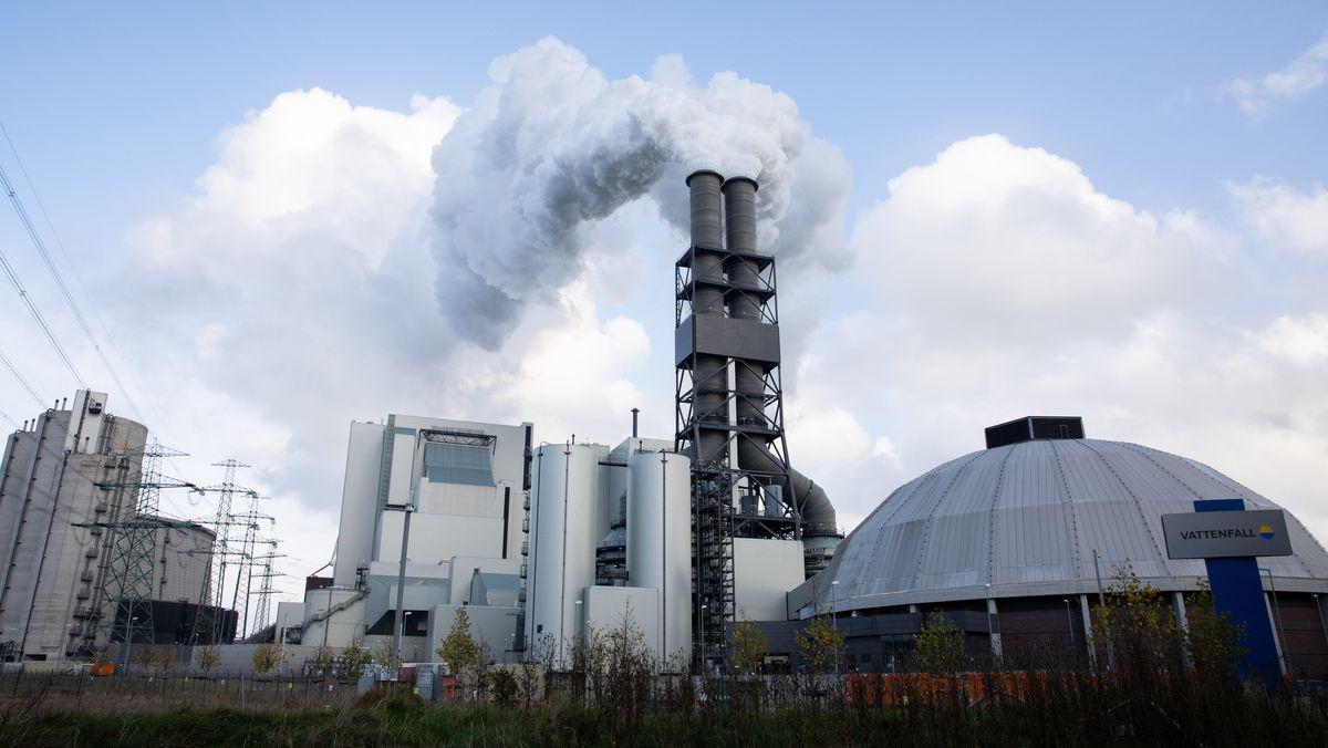 Abluft steigt aus den Schornsteinen des Kohlekraftwerks Moorburg.