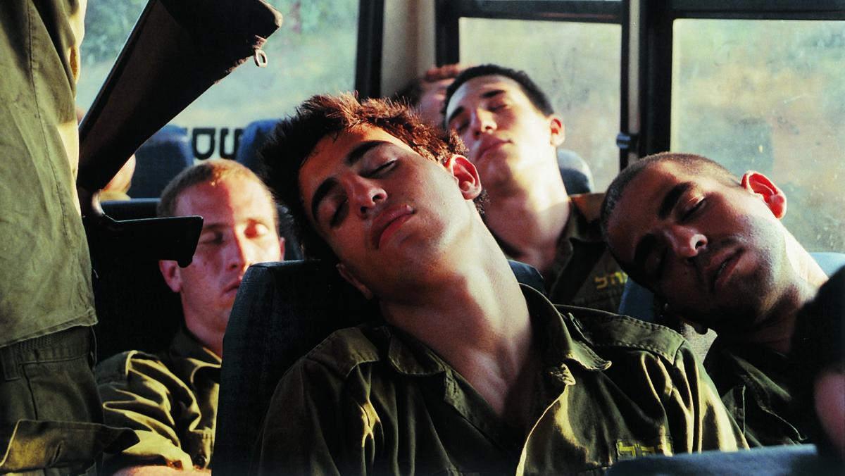 Müde Soldaten im Bus