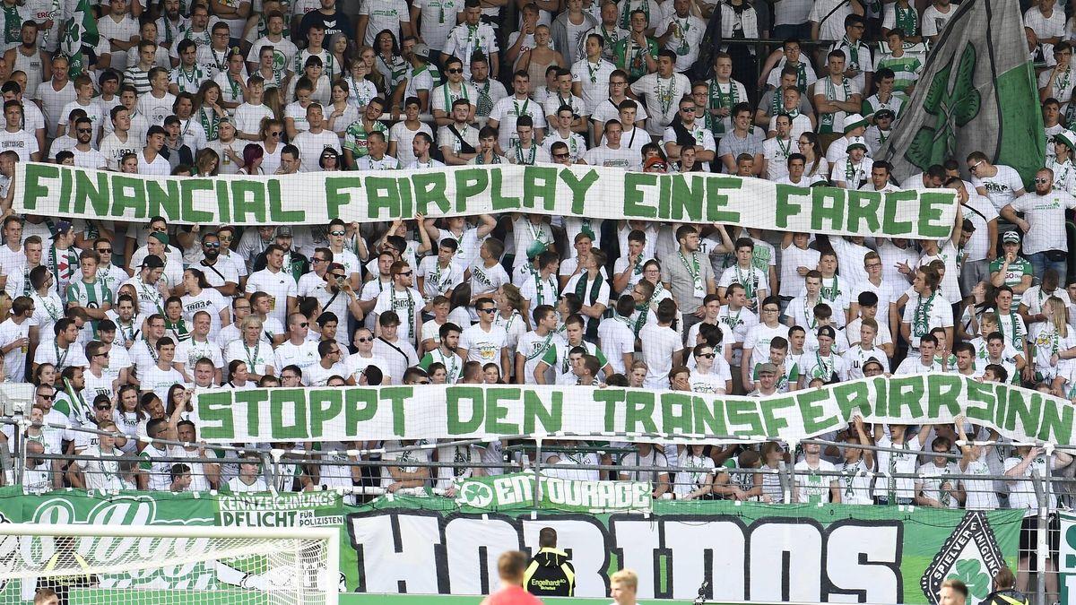 Stadionplakat für Financial Fairplay (Archivbild)
