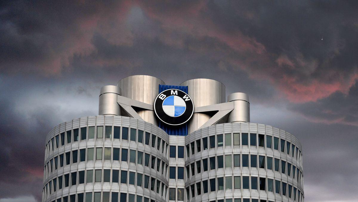 Dunkle Wolken über der BMW-Zentrale in München