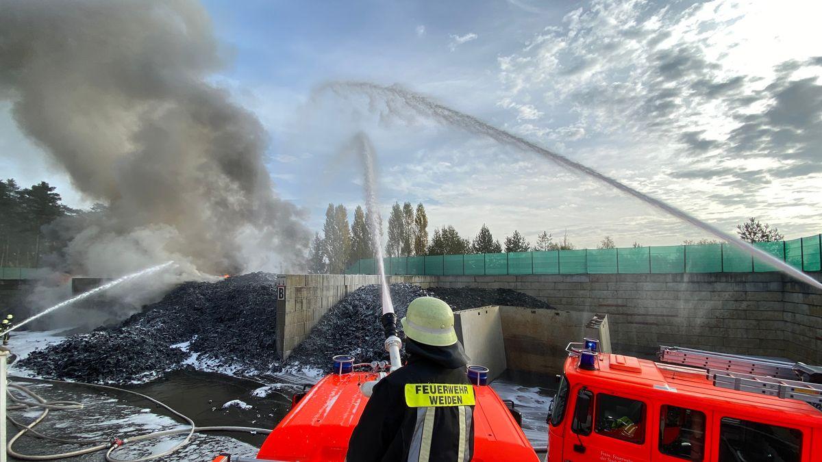 Die Feuerwehr Weiden löscht den Brand in einer Reifenverwertungsanlage in Weiden.