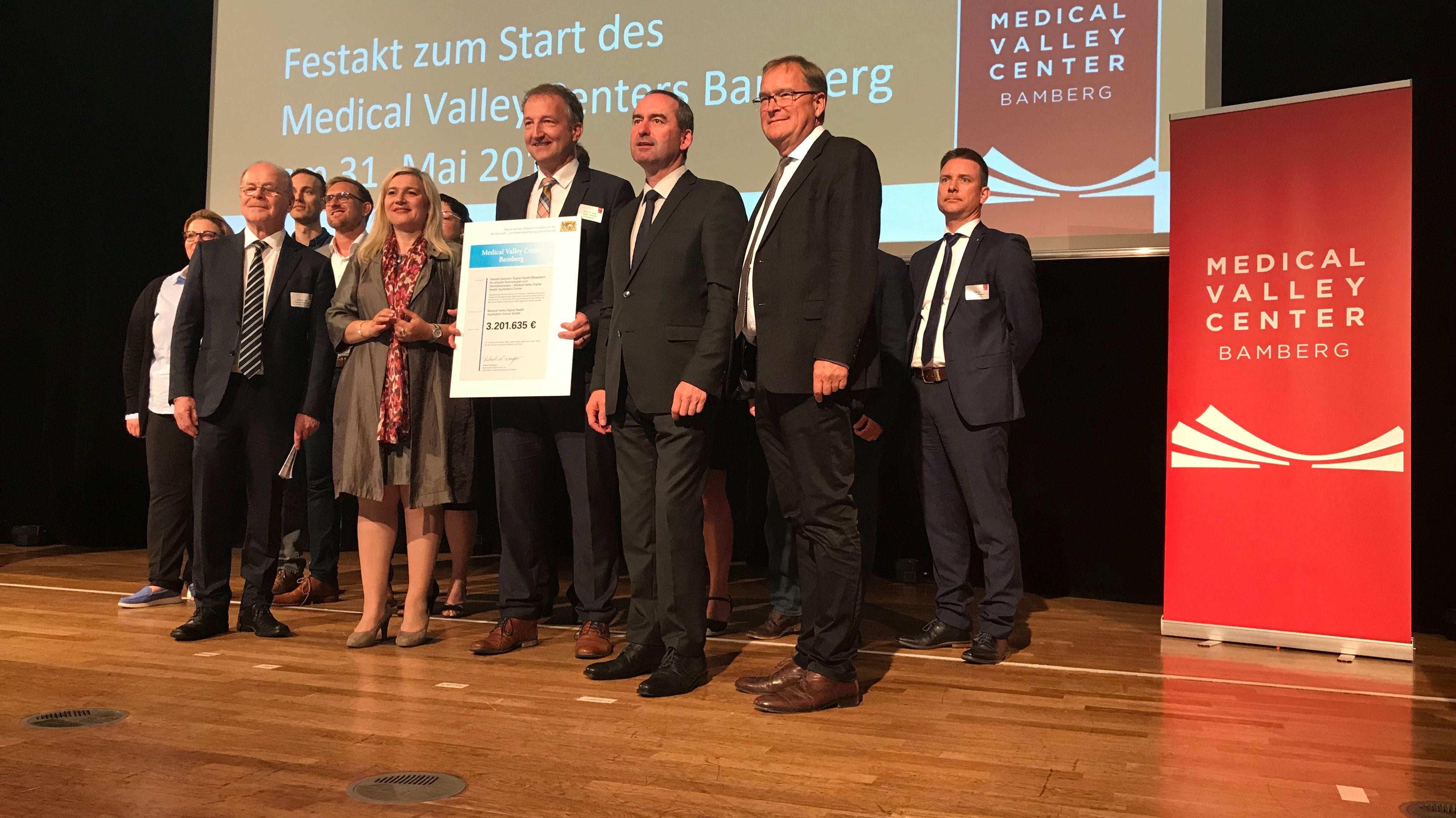 Gruppenbild mit Bayerns Gesundheitsministerin Melanie Huml (CSU) und Wirtschaftsminister Hubert Aiwanger (Freie Wähler)
