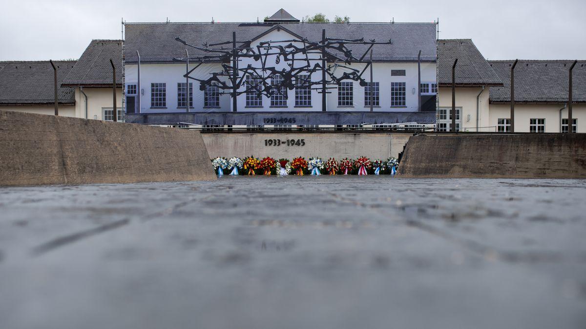 Zahlreiche Kränze liegen anlässlich des Jahrestages der Befreiung des Konzentrationslagers Dachau.
