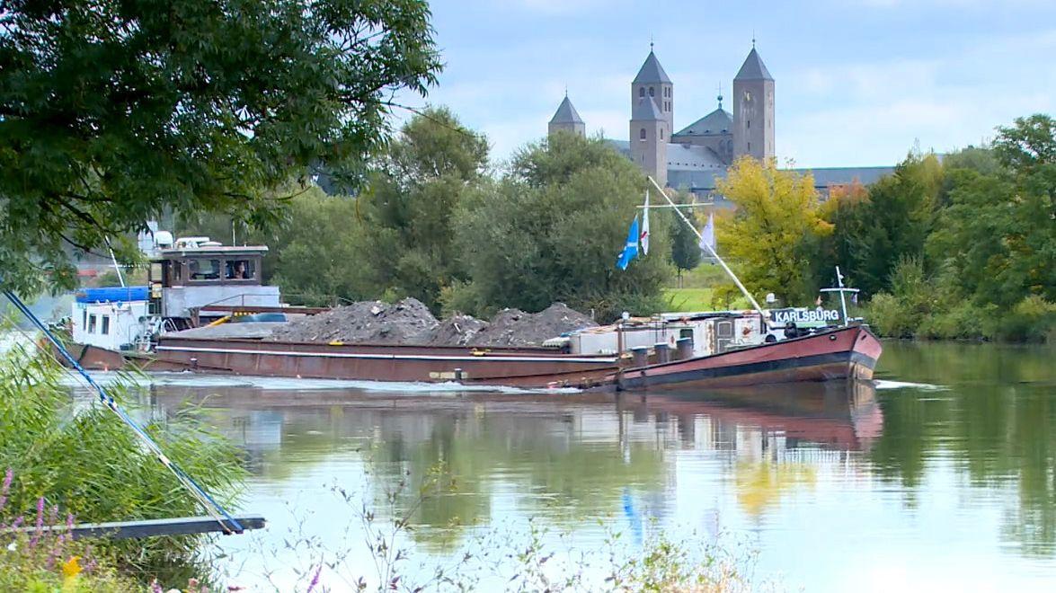 """Das Frachtschiff """"Karlsburg"""" fährt auf dem Main."""