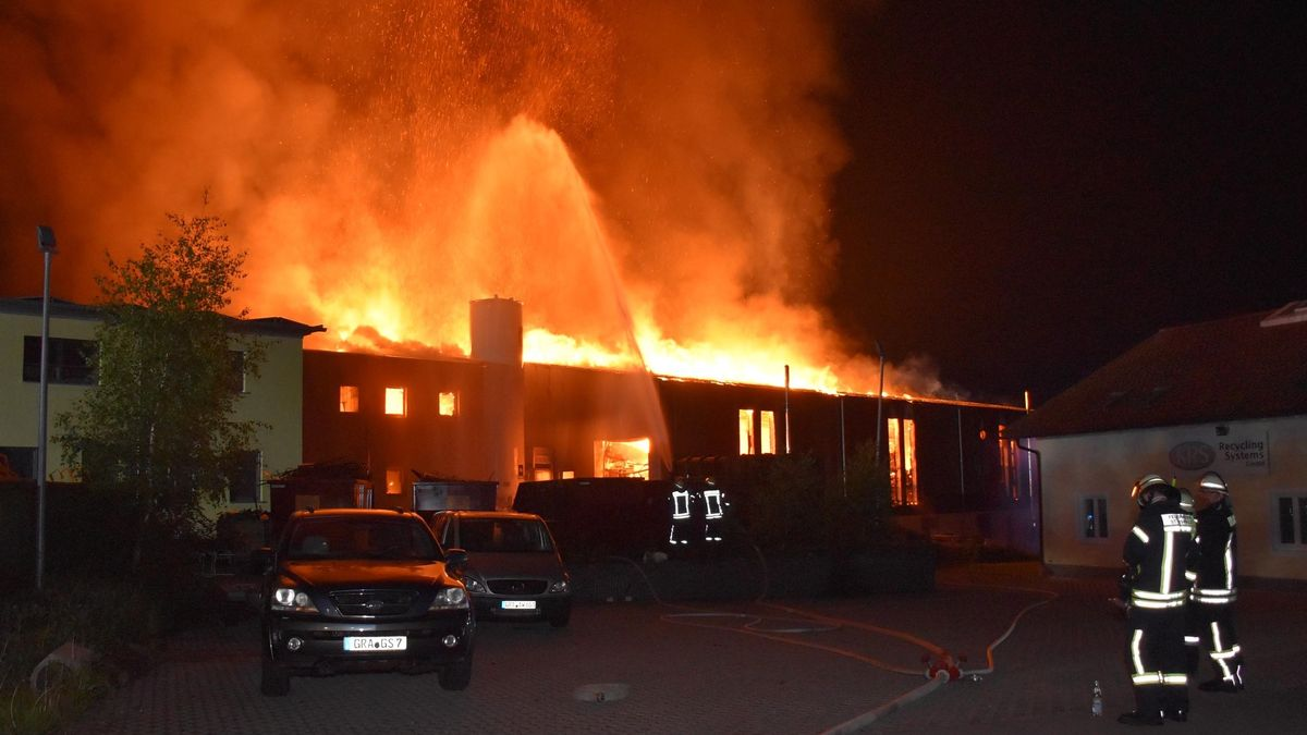 Die Firmenhalle in Neuschönau steht in Flammen