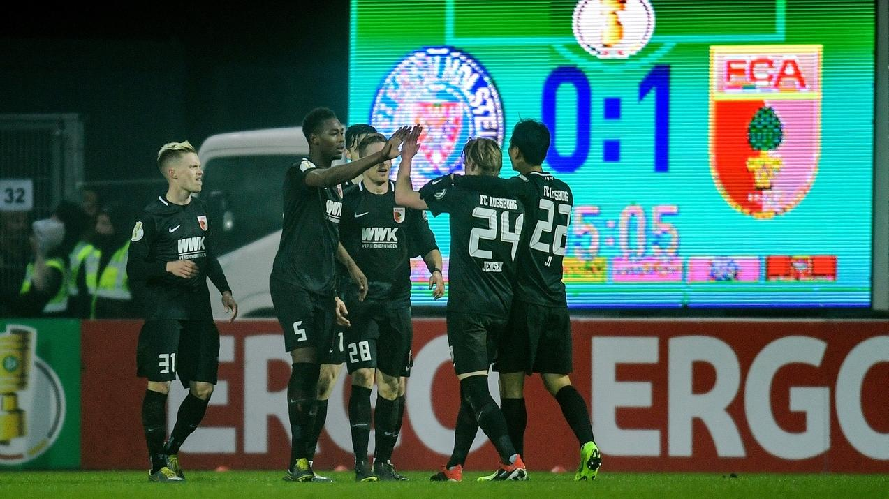 Augsburgs Spieler jubeln über das 1:0.