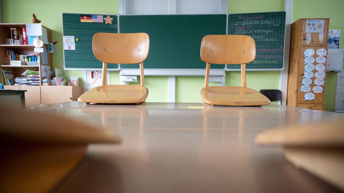 Stühle stehen im Klassenzimmer auf den Tischen (Symbolbild)
