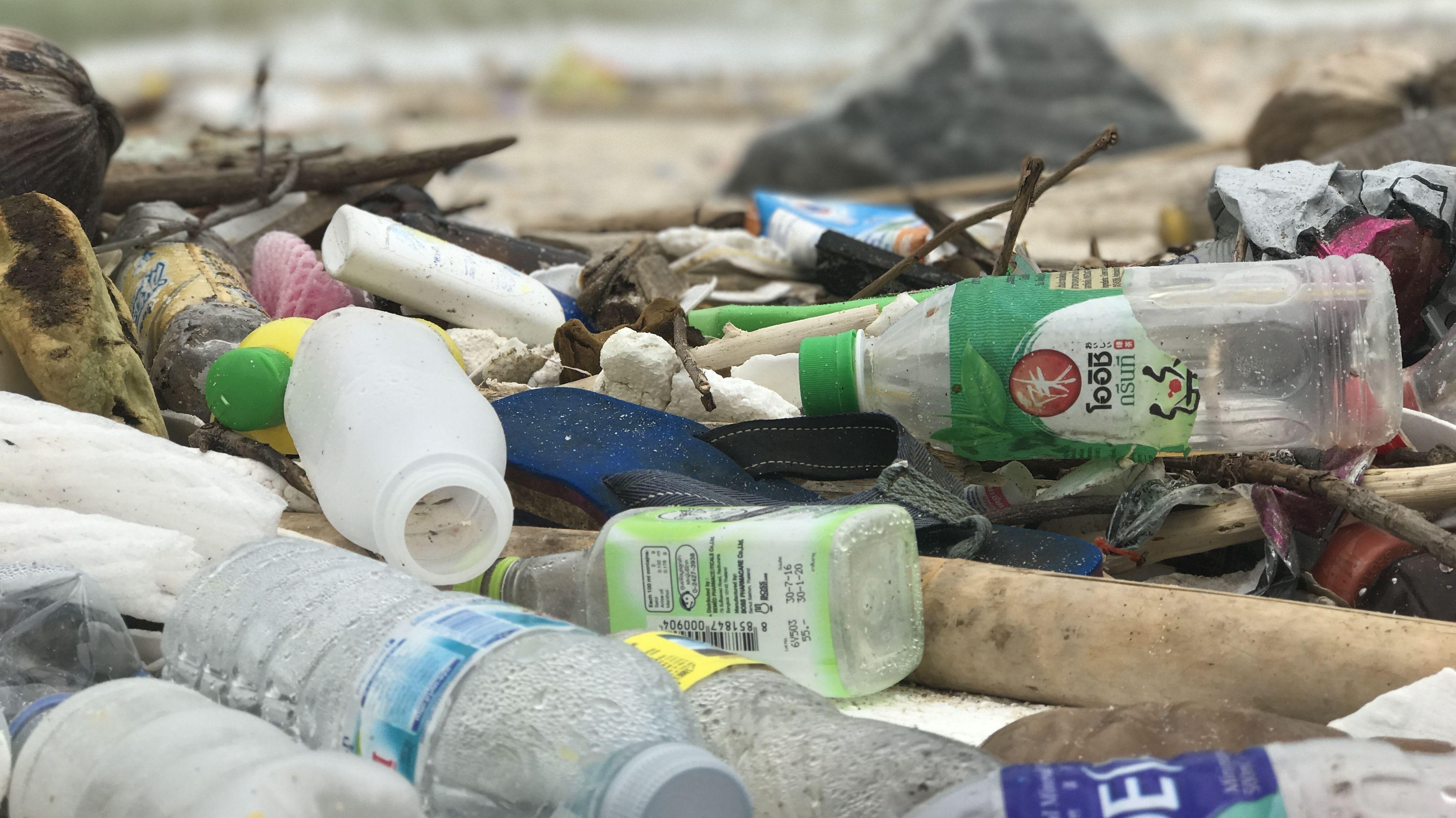 Plastikmüll an einem Strand in Thailand