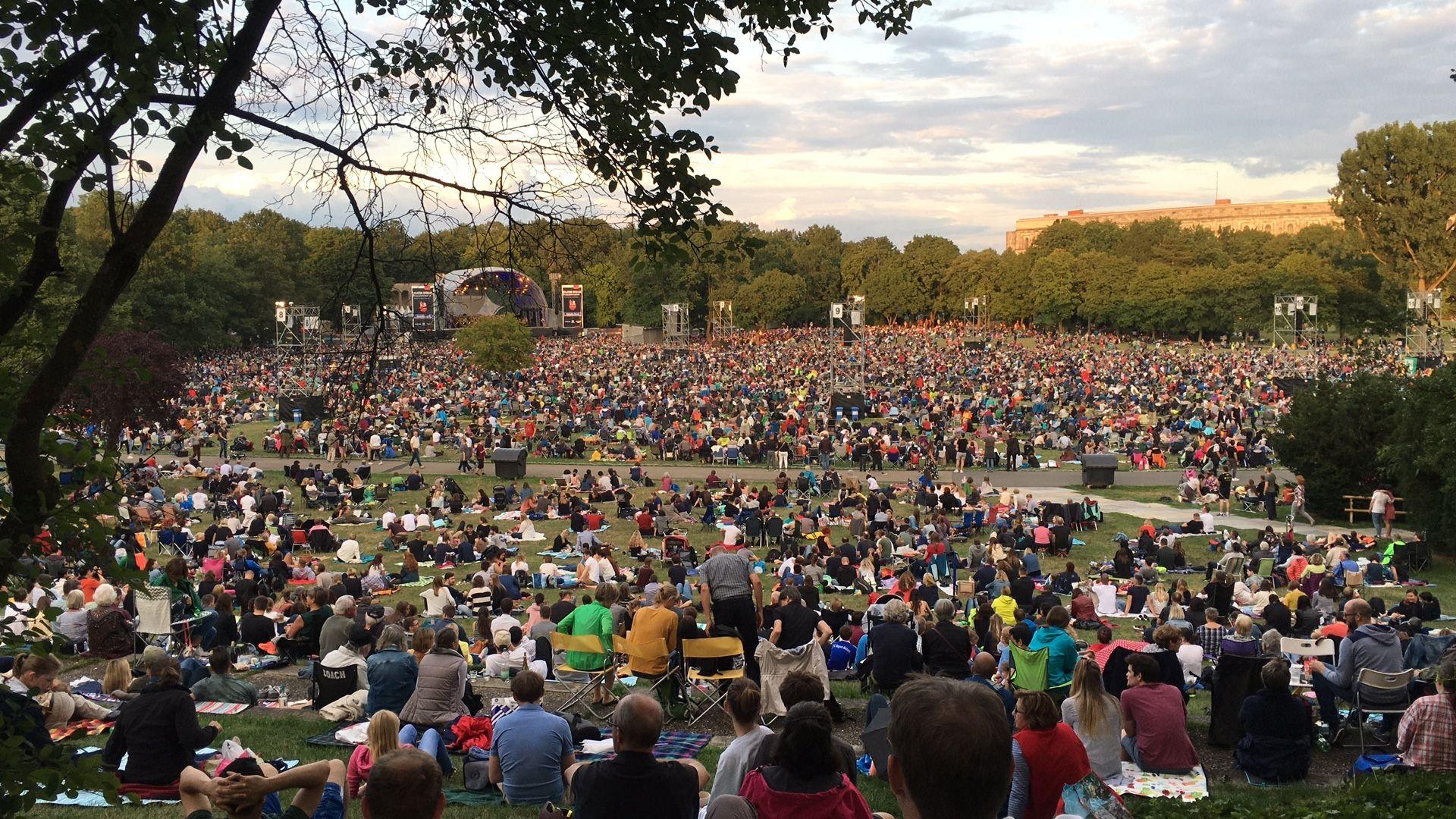 50.000 Besucher sitzen im Luitpoldhain beim Klassik Open Air am Samstag