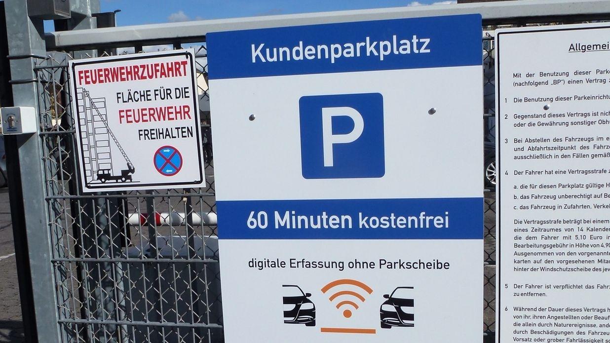 Schild an Kundenparkplatz