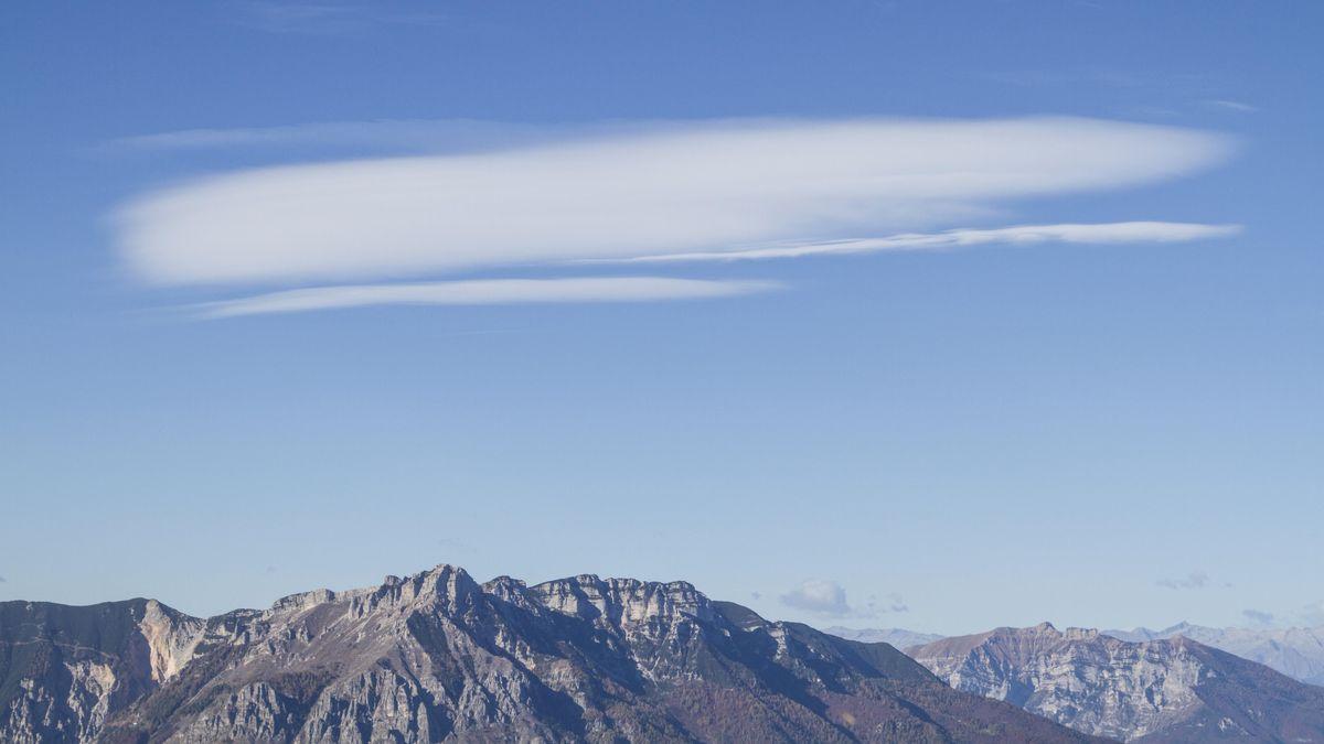 Typische Föhnwolke über den Alpen