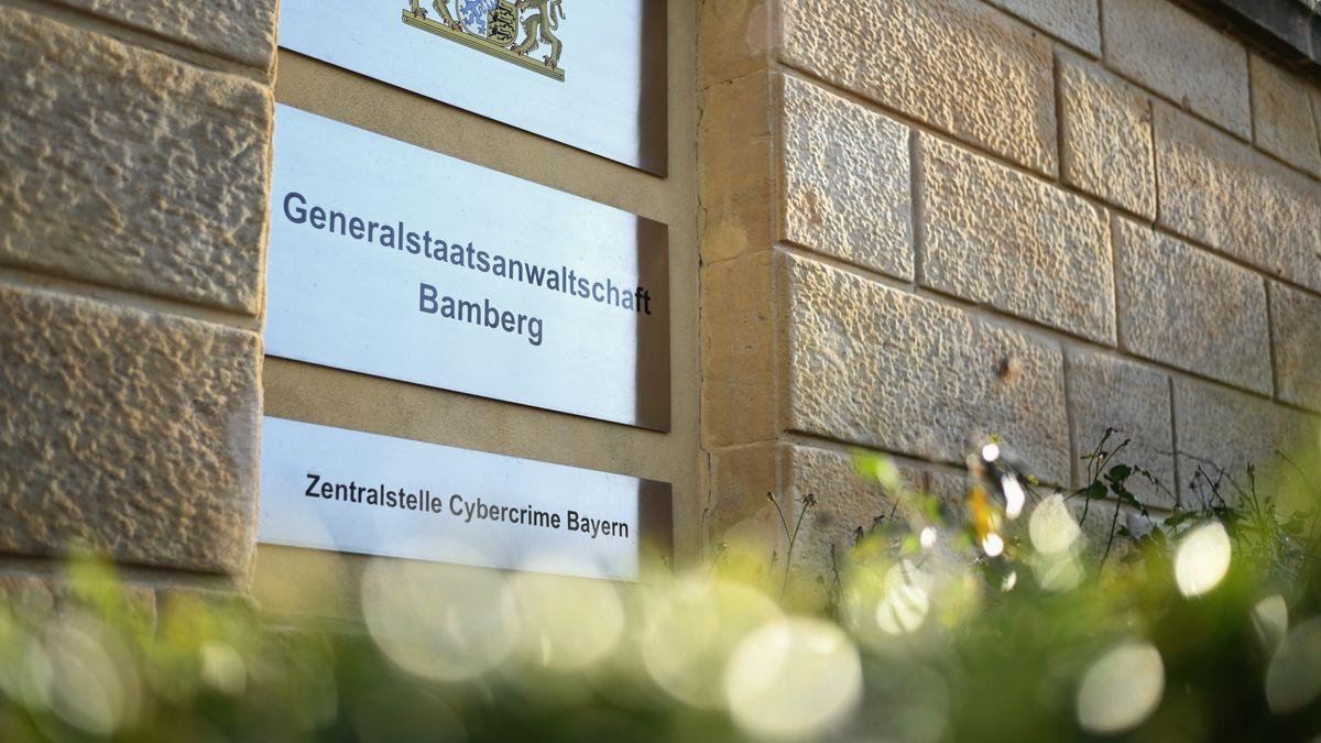 An der Fassade ist ein Schild befestigt mit der Aufschrift: Zentralstelle Cybercrime Bayern