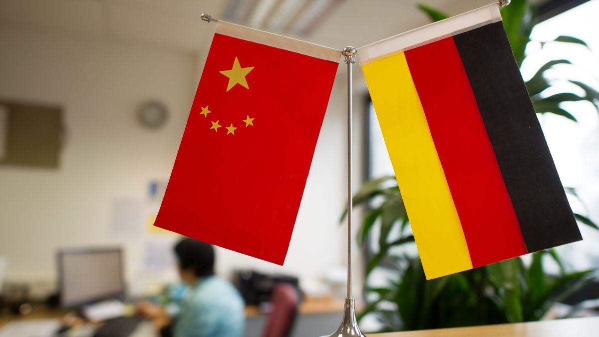 Ständer mit der chinesischen und der deutschen Flagge, aufgenommen im Juli 2014 im Düsseldorfer Konfuzius-Institut