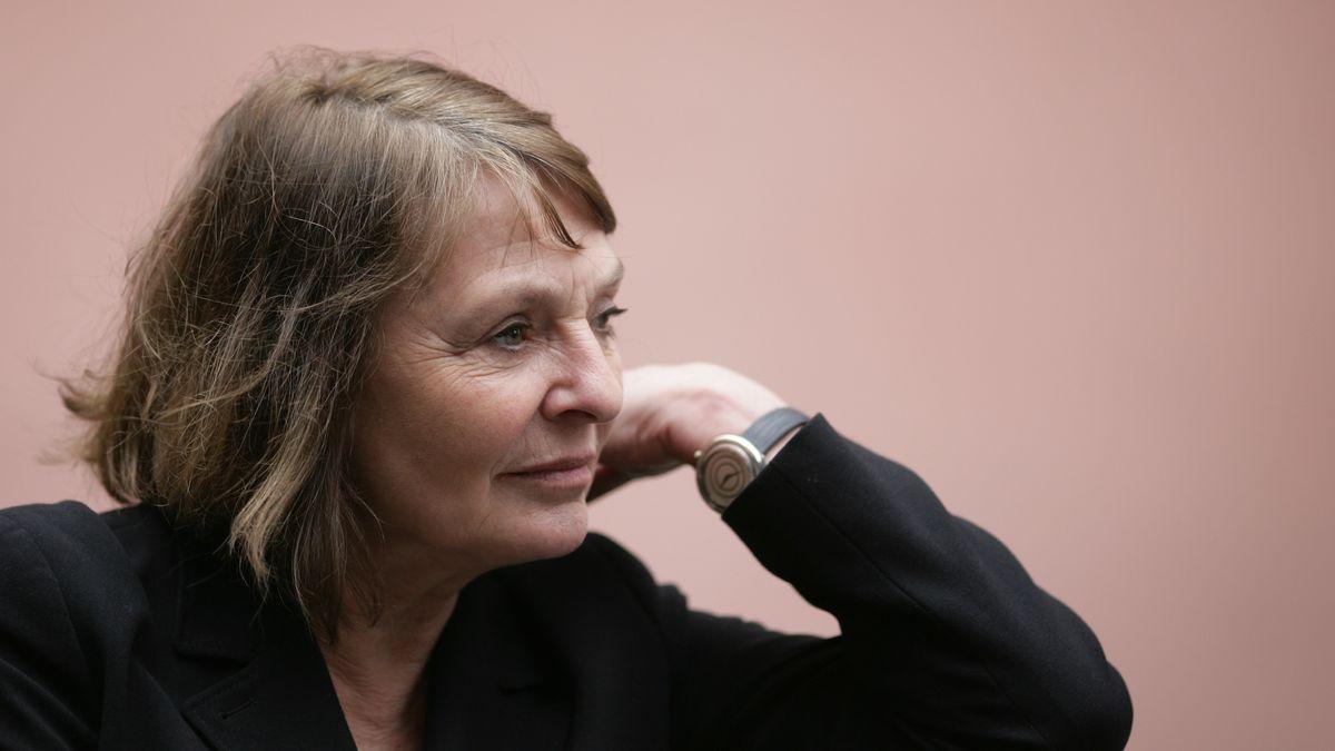 Monika Maron in besinnlicher Pose