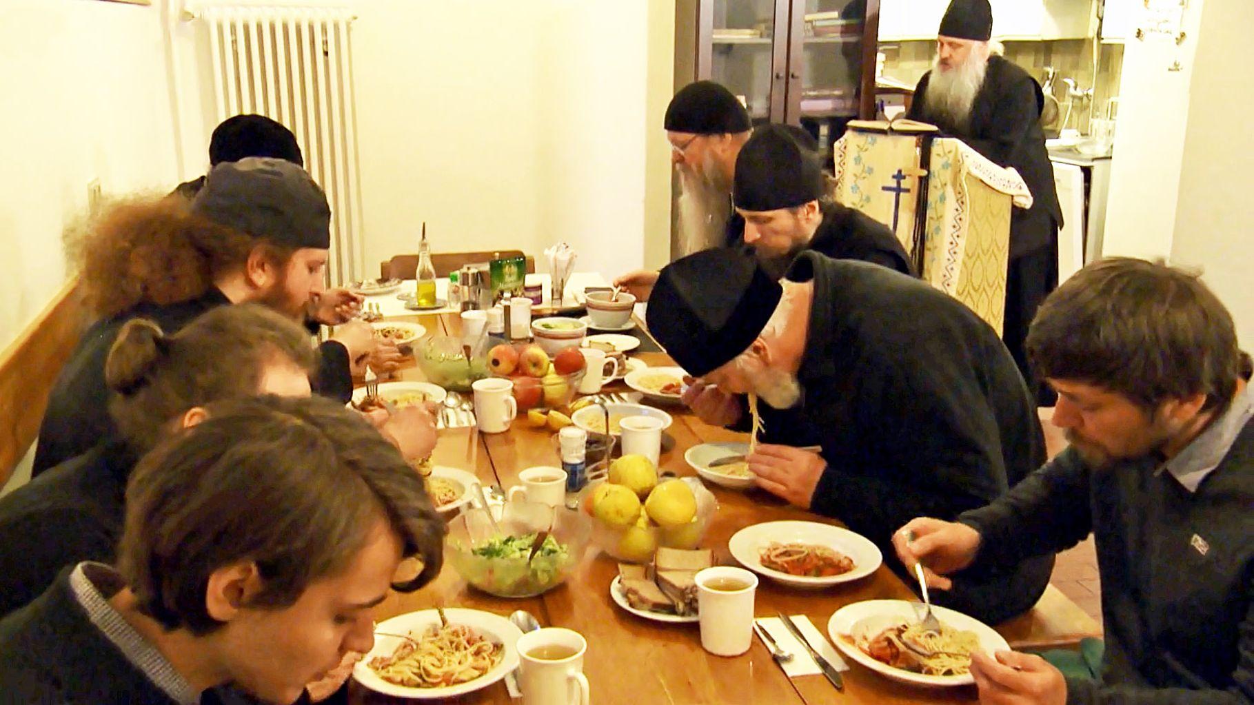 Gemeinsames Essen im russisch-orthodoxen Kloster des heiligen Hiob in München.