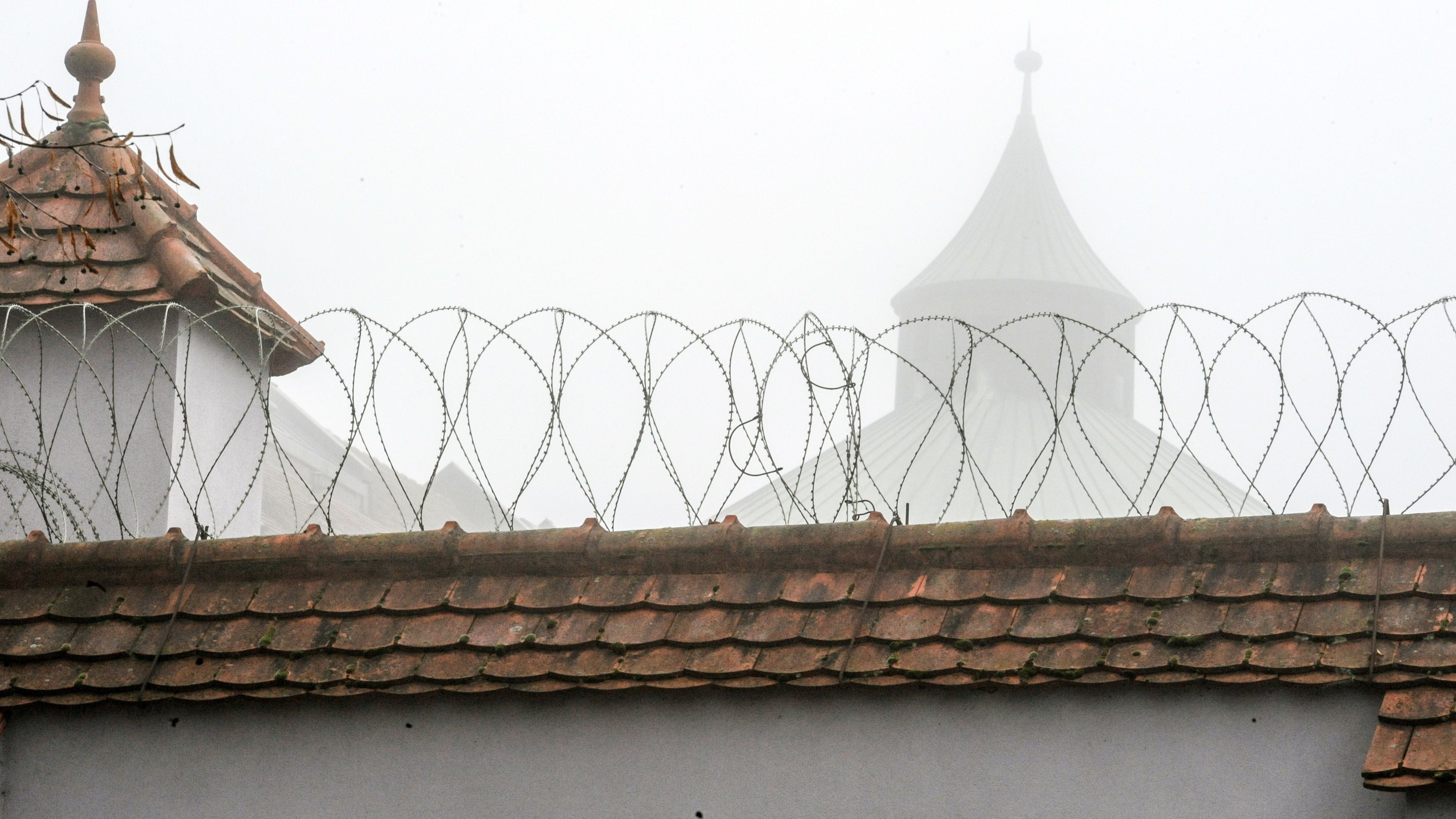 Mauer mit Stacheldraht der JVA Straubing (Symbolbild)