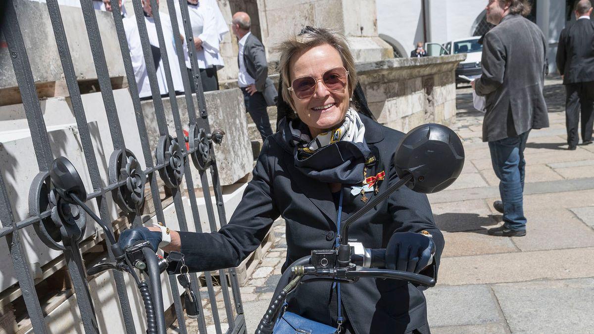 Nachdem Gloria von Thurn und Taxis am Mittwoch zur Trauerfeier von Georg Ratzinger auf ihrem E-Roller ohne Helm angefahren kam, ermittelt die Polizei nun gegen sie.