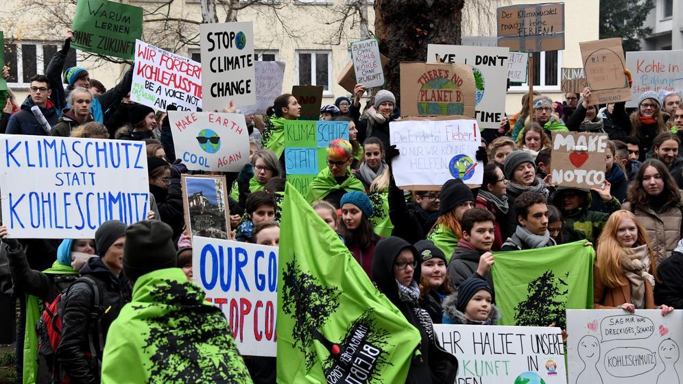 Schüler bei einer Demo für Klimaschutz, Kiel, Ende Dezember 2018 | Bild:dpa-Bildfunk / Carsten Rehder