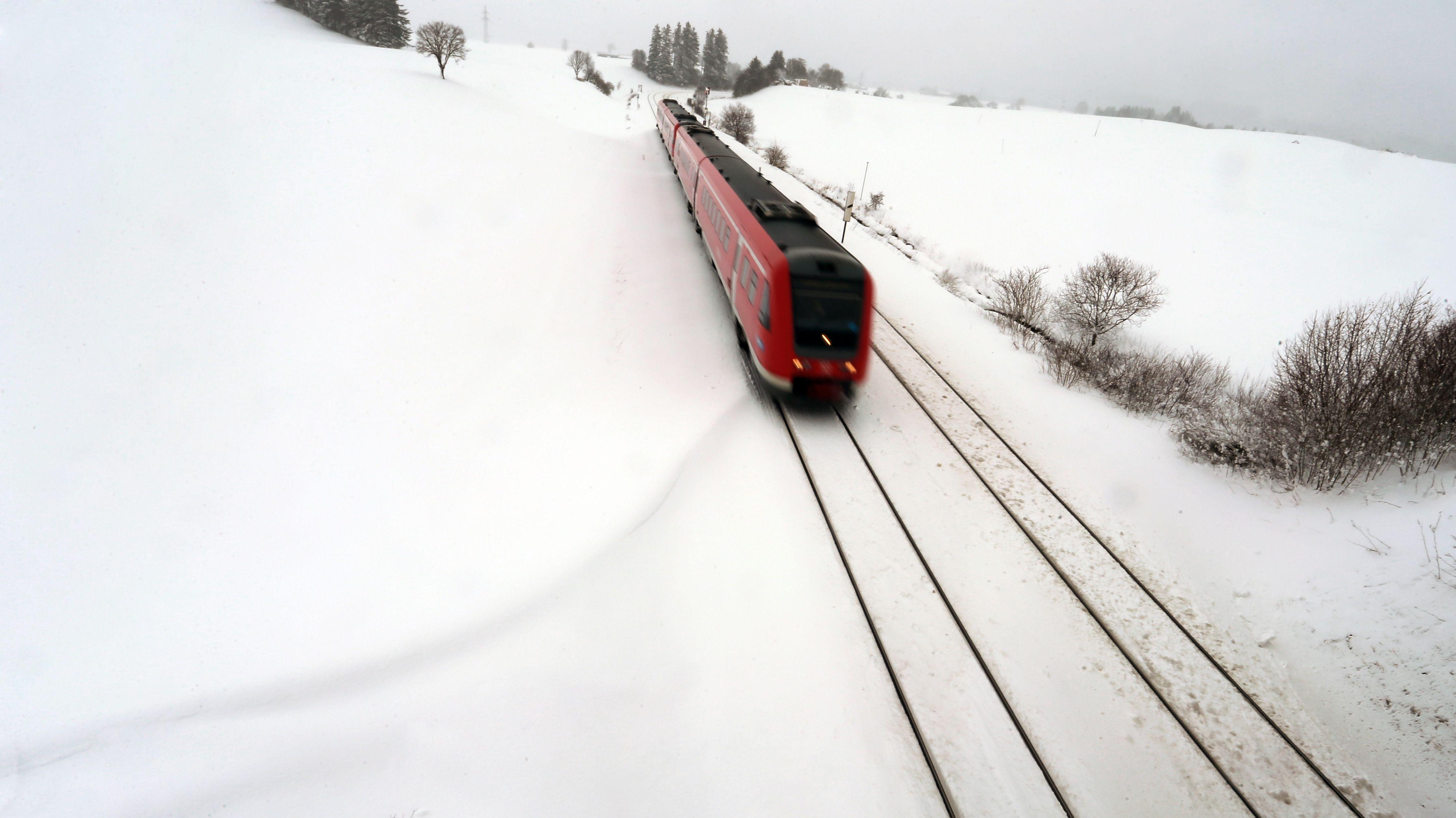 Ein Regionalexpress auf der Bahnlinie Kempten-München