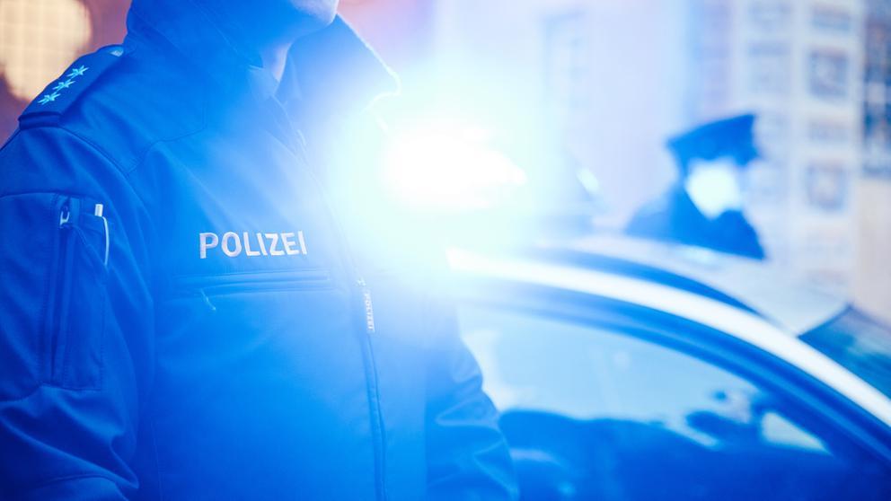Symbolbild Polizist vor Blaulicht | Bild:BR