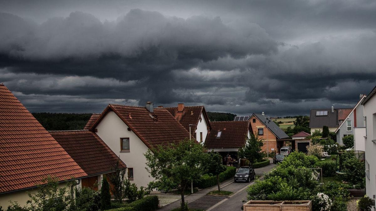 Bamberg, Deutschland 29. Juni 2021: Ein schweres Unwetter mit dunklen Wolken rollt auf Bamberg zu. Am Himmel sind dunkle Gewitterwolken zu sehen, der Vordergrund des Bildes zeigt ein Wohngebiet.