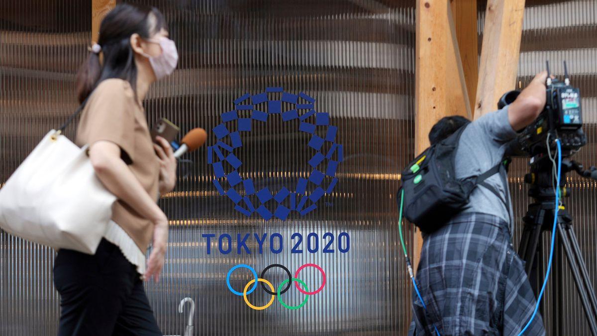 Zwei Journalisten bei einem Presserundgang im Juni 2021 vor dem Olympia-Symbol Tokyo 2020