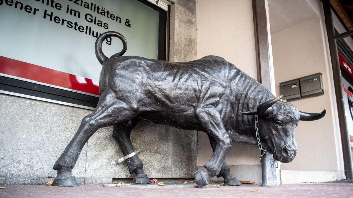 Eine Stier-Skulptur aus Bronze steht vor einer Metzgerei. Im Jahr 2016 war die Skulptur umgekippt.