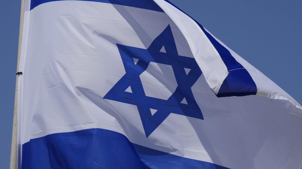 Unbekannte befestigten am Holocaust-Gedenktag eine Israel-Fahne an einem Schornstein in Leipzig.