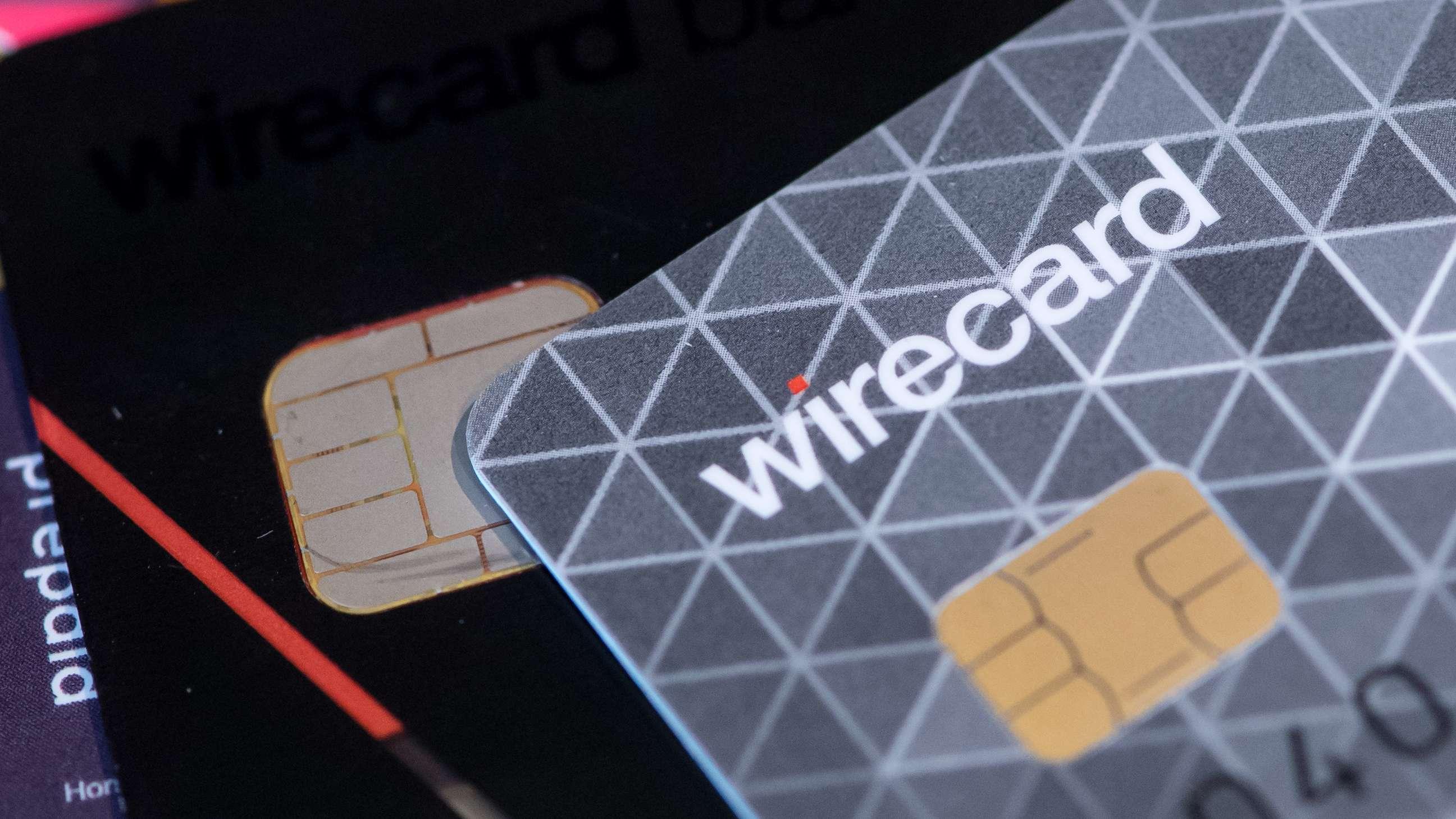Kreditkarten zum kontaktlosen Bezahlen liegen in einem Showroom von Wirecard auf einem Tisch.