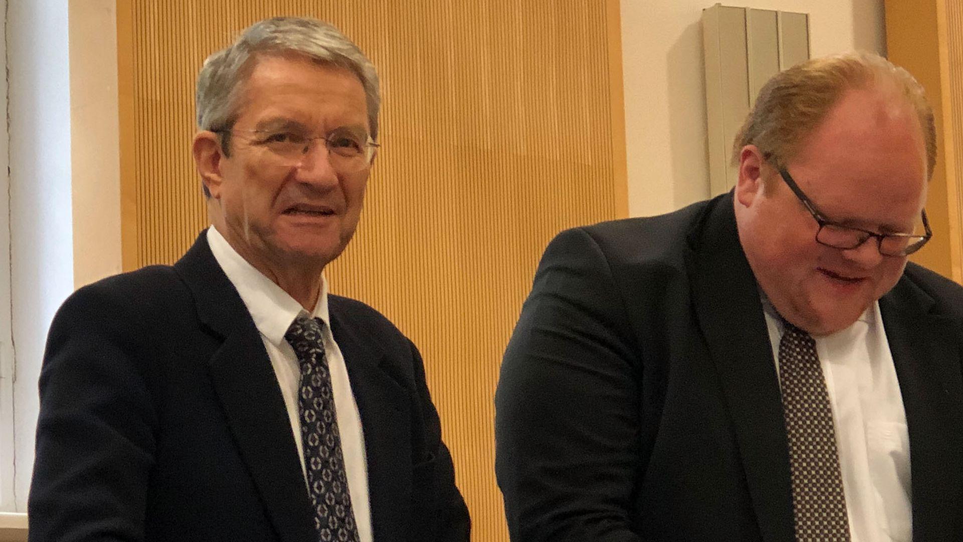 Volker Tretzel (li.) am Mittwochvormittag im Gerichtssaal: Seine Anwälte kritisieren die angeblich einseitigen Ermittlungen.