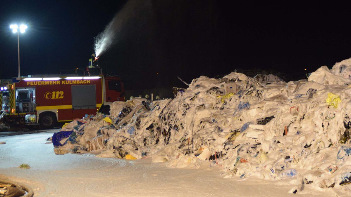 Der Müllberg - überzogen mit Löschschaum.