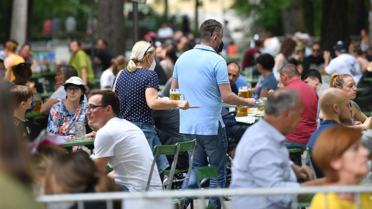 Menschen im Biergarten am Chinesischen Turm in München