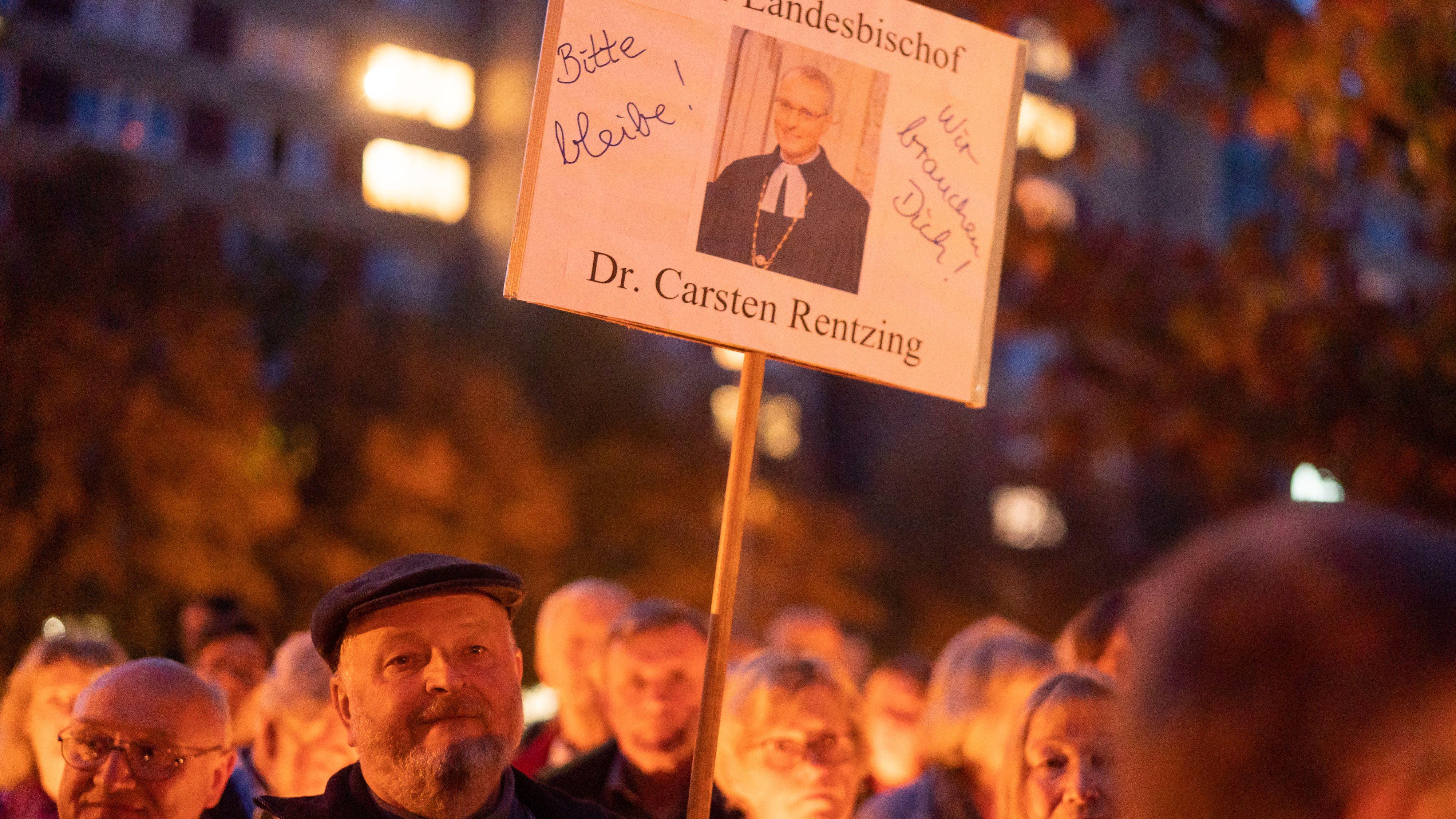 21.10.2019, Sachsen, Dresden: Zahlreiche Menschen stehen vor dem Landeskirchenamt in Dresden bei einer Mahnwache zusammen. Die Leitung der evangelischen Landeskirche gibt währenddessen eine Pressekonferenz zum Umgang der Kirche mit dem Rücktrittsgesuchs von Landesbischof Carsten Rentzing.