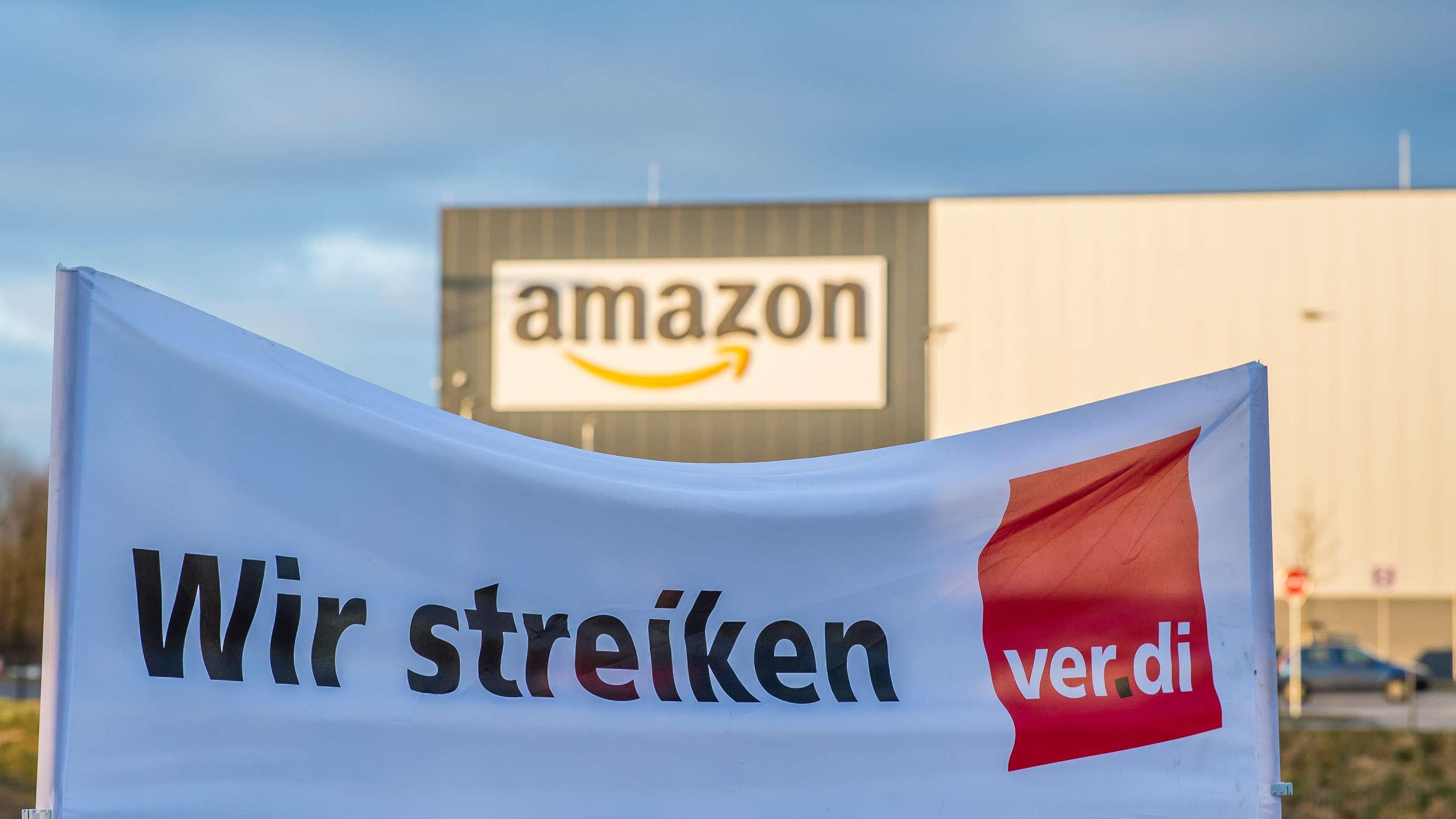 """Ein Verdi Banner mit der Aufschrift: """"Wir streiken"""" steht vor dem Amazon-Logistik-Zentrum in Werne, Nordrhein-Westfalen"""