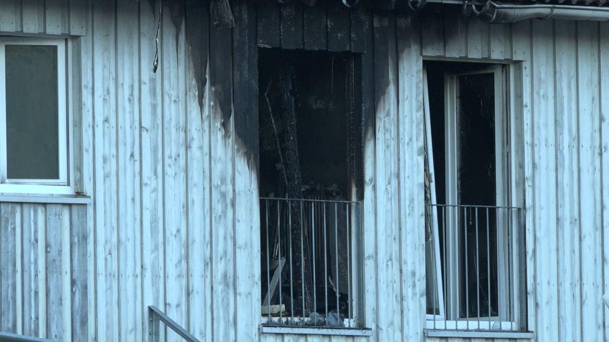 Blick auf die vom Feuer verbrannte Unterkunft.
