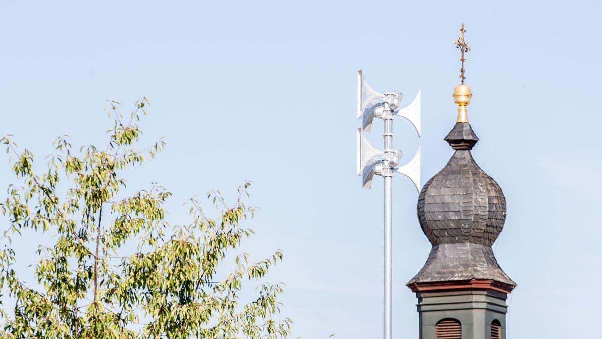 Sirene neben einem Kirchturm in Bamberg (Symbolbild).