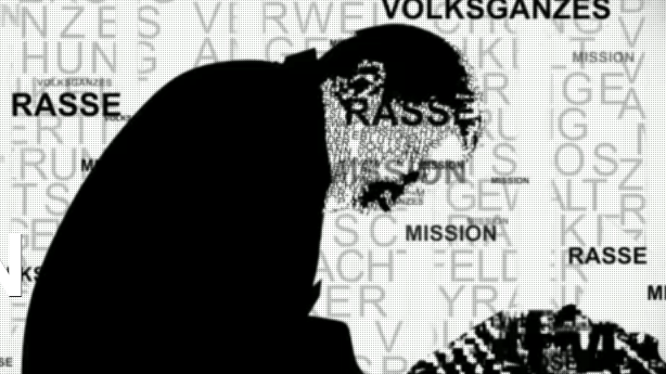 Szenenbild: Hitler an der Schreibmaschine