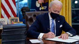 Biden startete mit wichtigen Entscheidungen, etwa zum Pariser Klimaabkommen. Auch zur Regulierung von Tech-Unternehmen gibt es bereits Pläne.   Bild:dpa-Bildfunk/Evan Vucci