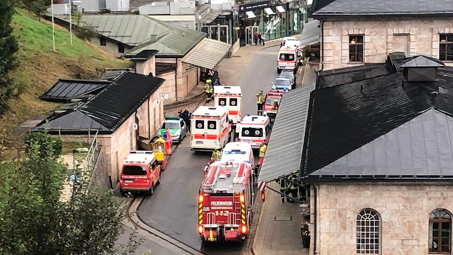 Rettungskräfte vor dem Salzbergwerk