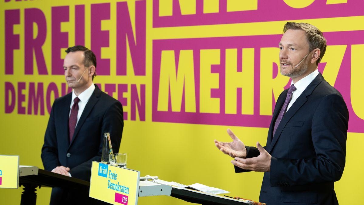 Christian Lindner (r), Bundesvorsitzender der FDP, und Volker Wissing, FDP-Generalsekretär, stellen den Entwurf des Bundestagswahlprogramms vor.