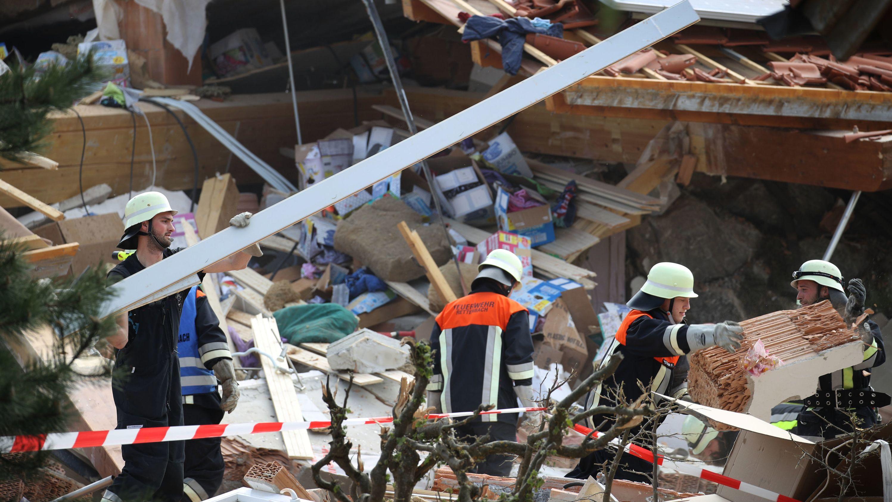 Nach der Explosion eines Hauses in Rettenbach ist eine schwer verletzte Frau geborgen worden. Ihr Kind und ihr Mann werden vermisst.