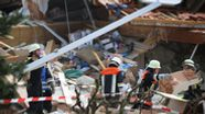 Nach der Explosion eines Hauses in Rettenbach ist eine schwer verletzte Frau geborgen worden. Ihr Kind und ihr Mann werden vermisst.   Bild:pa/dpa/Karl-Josef Hildenbrand