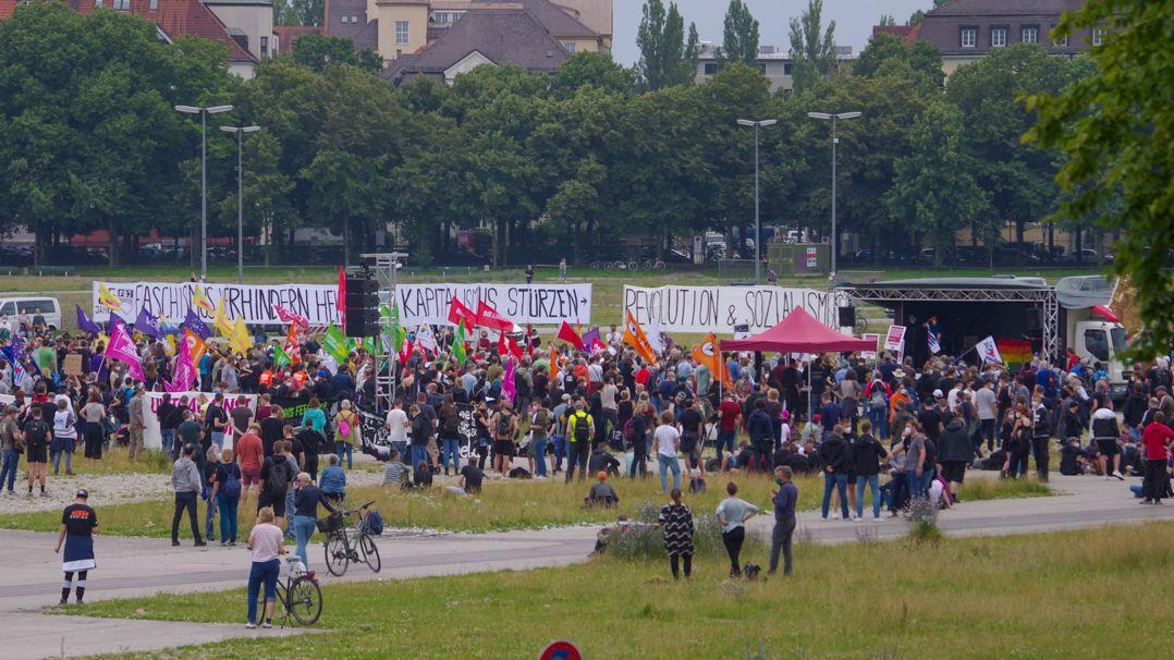 """Demo des Bündnisses """"NoPAG"""" mit ca. 1300 Teilnehmern auf der Münchner Theresienwiese."""