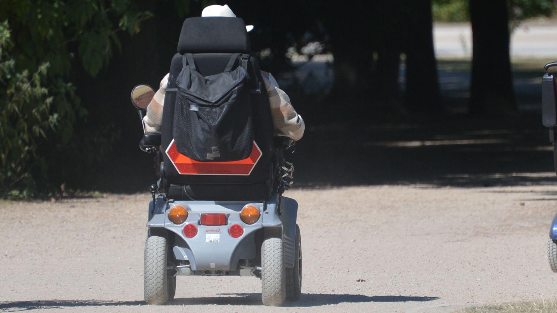 Mann auf einem elektrischen Rollstuhl