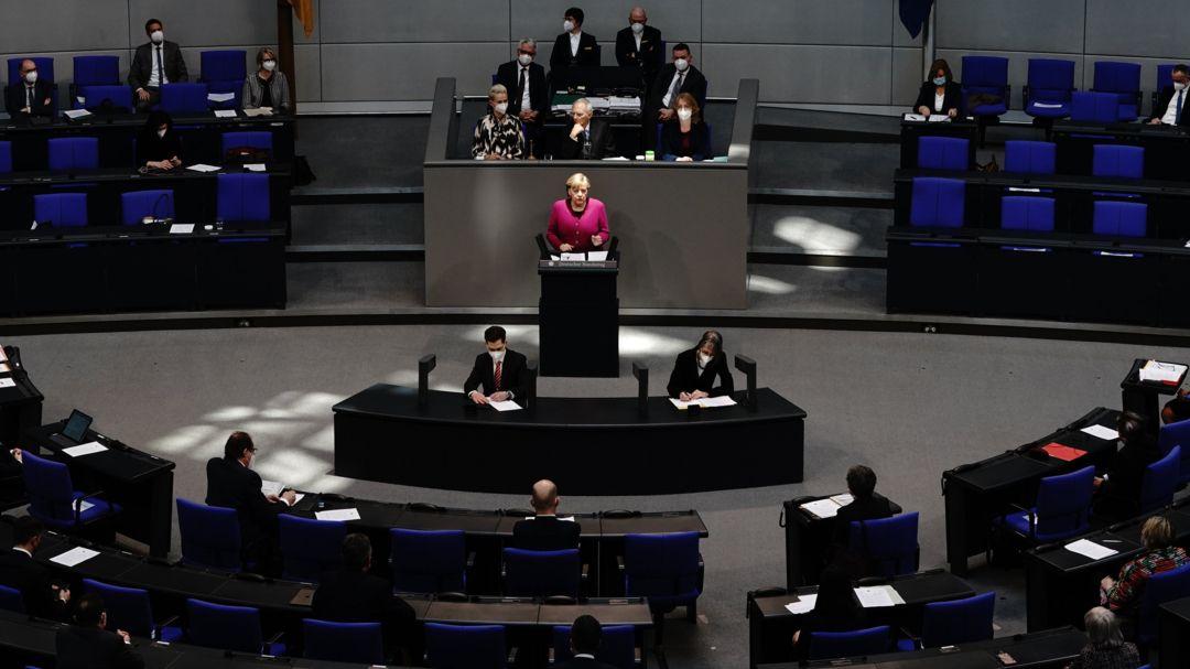 Bundeskanzlerin Angela Merkel (M, CDU) gibt im Bundestag eine Regierungserklärung zur Corona-Pandemie und zum Europäischen Rat ab.